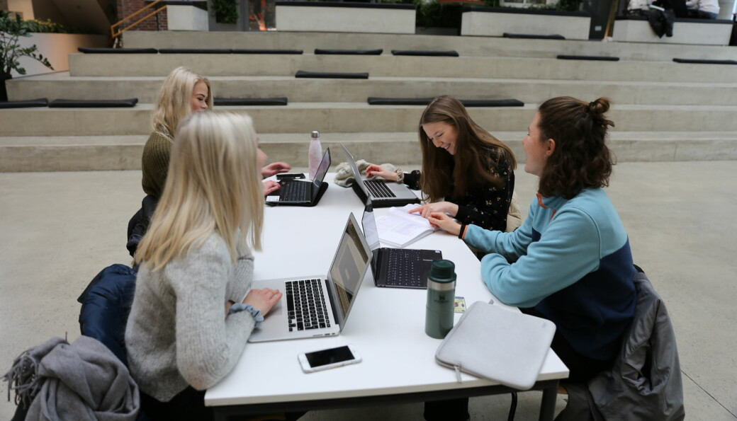 Leder for forsvarergruppen i advokatforeningen sier studenter som fungerer som meddommere i rettsak i større grad må kompenseres for tapt tid på studier.