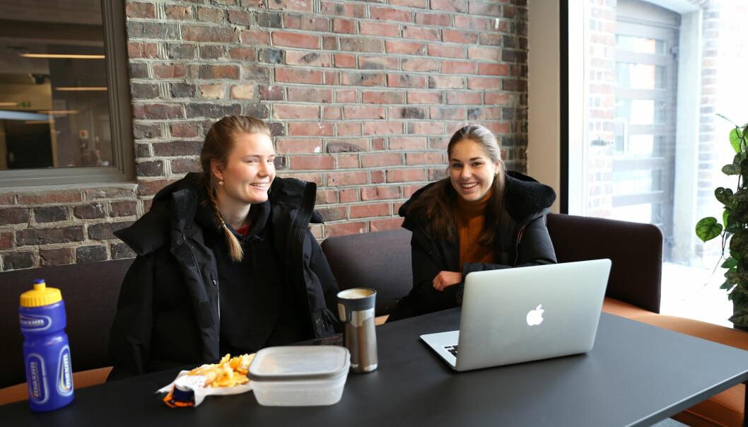 Siri Engh (t.v.) og Sandra Lunde Lie sier det kan være vanskelig å finne grupperom for å diskutere de digitale forelesningene med medstudenter.