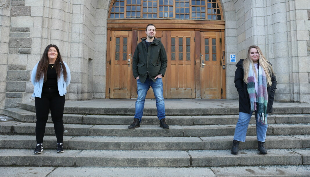 Gina Braathen (f.v.), Snorre Felldal og Jenny Marie Ragnhild Andersen utenfor bygget som er å finne på revylagets logo.