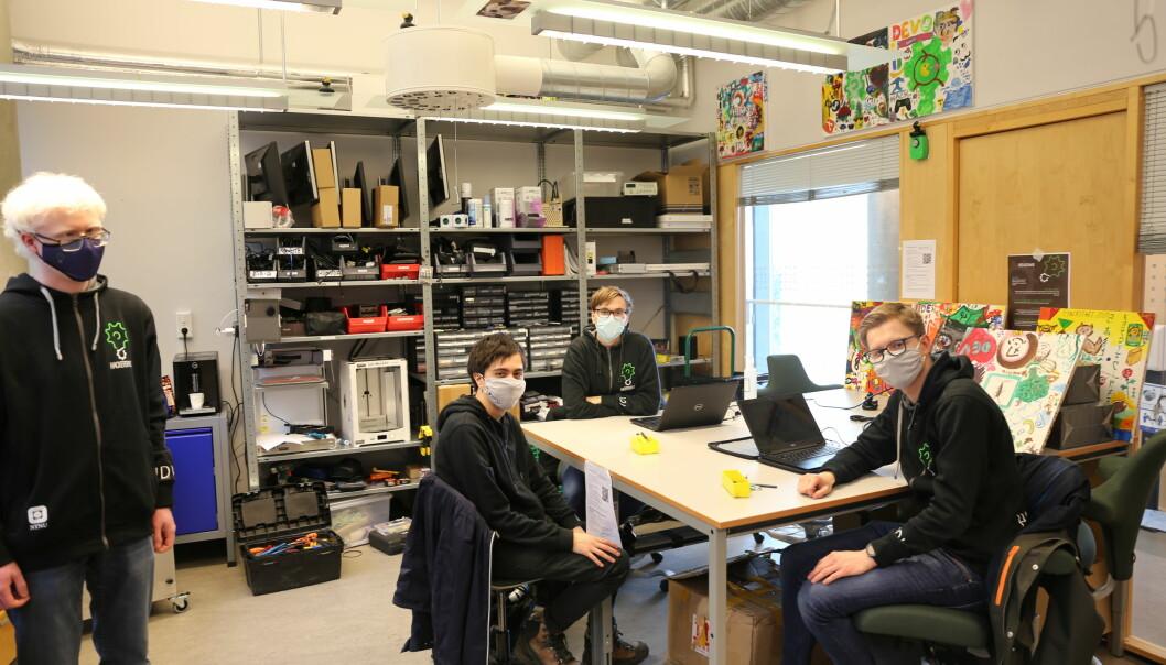 Eskil Dybvik (f.v.) leder Hackerspace. Alexander Navasca Skinstad, Ola Horg Jacobsen og Christian Templen Grave sitter på vakt første åpningsdag for semesteret.