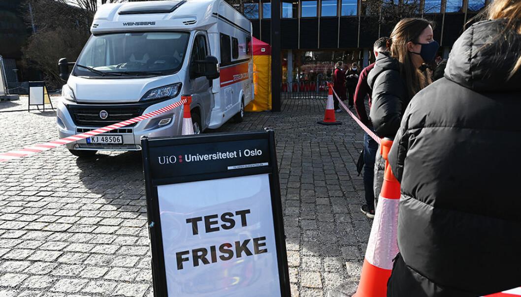 Det står ca. 30 personer i kø ti minutter før testingen starter igjen etter lunsjpausen. Et flott tiltak, mener Sandra Dimitri og Maria Børresen. Er de smittet vil de bli oppringt innen en time etter at testen er avlagt.