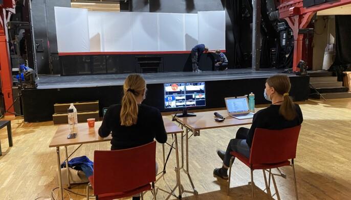 Revysjef og regissør Jenny Bleken Hellerud og revysjef Marit Lindstad forbereder den digitale sendinga av revyen.