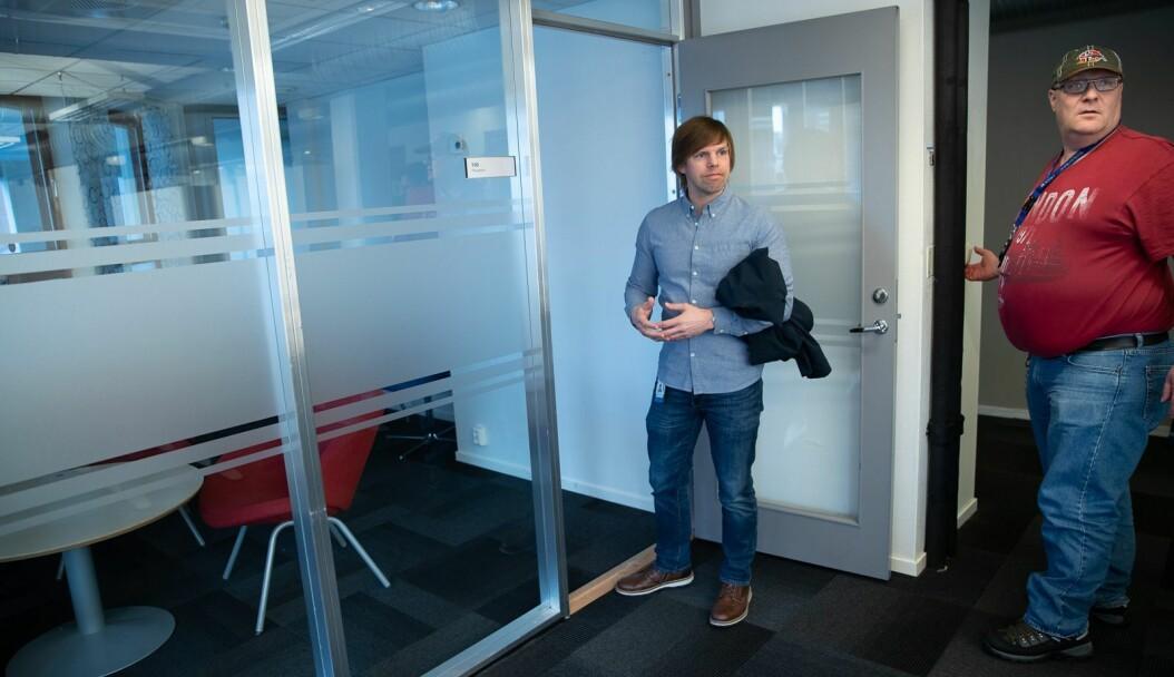 Jan Håvard Ryen og Roy Hybertsen fant møbler ved eget fakultet som kunne brukes et annet sted.