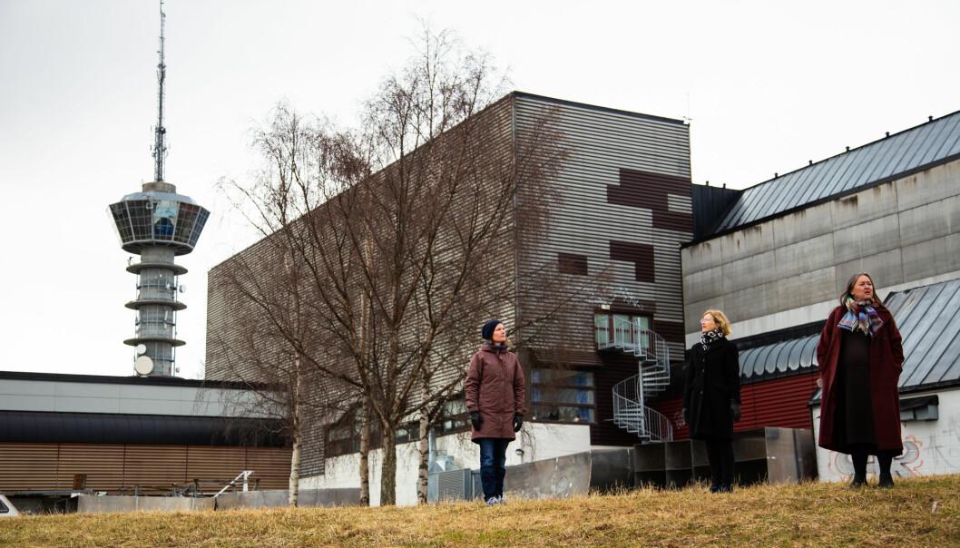 De har levd godt med de nåværende bygningene i mange år, men de tre naboene mener Ocean Space Centre blir for gigantisk. Fra venstre: Karin Dyrstad, Marit Sjølie og Line Vaarum.