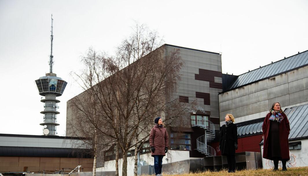 Naboene Karin Dyrstad, Marit Sjølie og Line Vaarum med dagens anlegg i bakgrunnen.