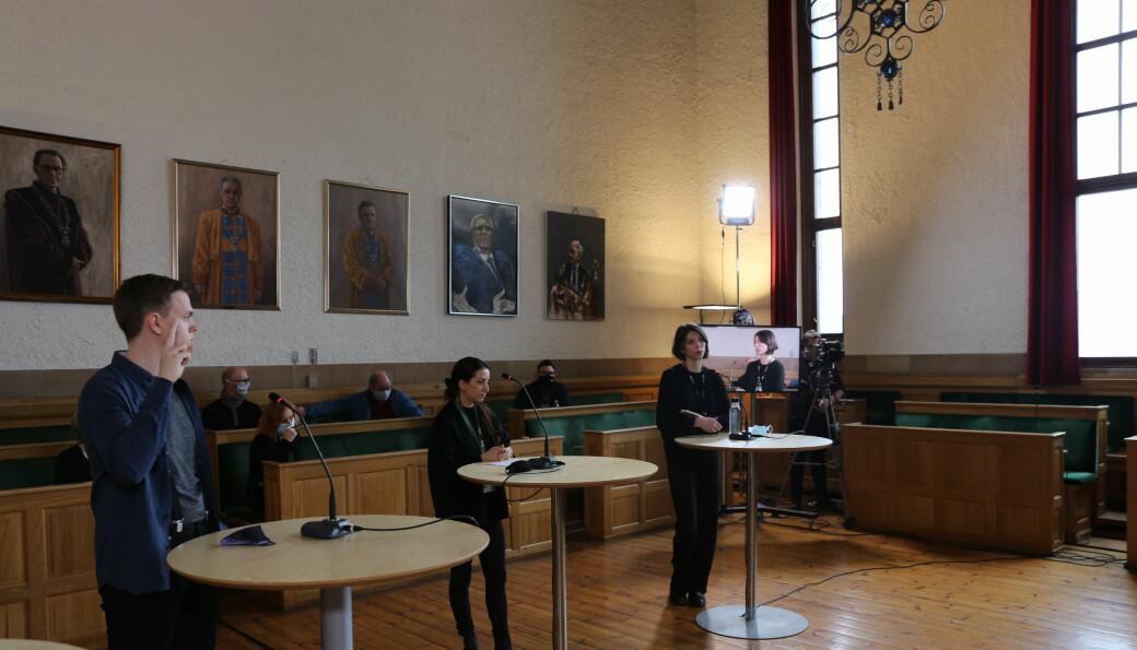 Innlegg som omhandler Atefe Tari (i midten) og Idd Andrea Christensens (t.h.) kandidatur ble oppfattet til å stride med valgreglementet. Her fotografert under UAs debatt med styrekandidatene.