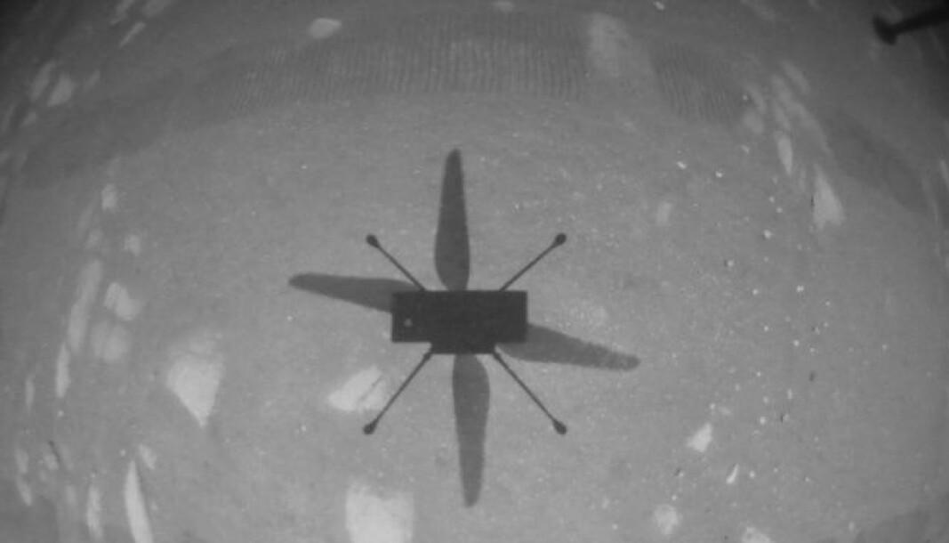 Skyggen til dronehelikopteret Ingenuity på sin første flyreise på Mars, 118 åre etter at mennesket føy på Jorda for førte gang.