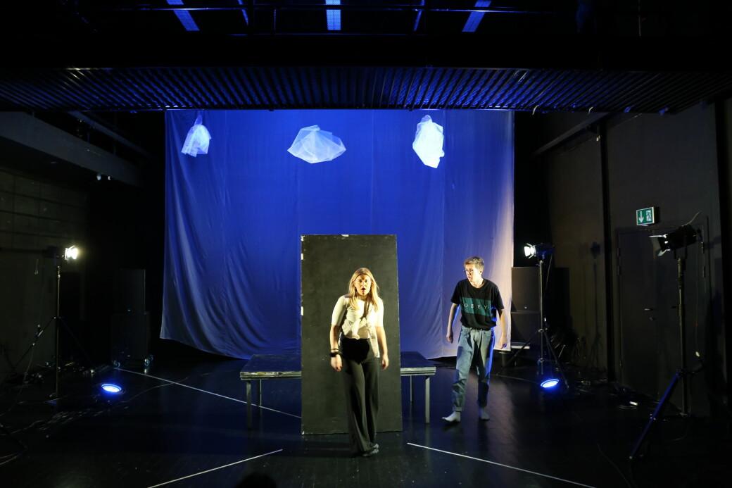 Emnet DRA1003 har både studenter som vil bli skuespillere, teaterteknikere og masse annet. Avbildet: Oline Vingelsgaard og Jonas Elisabethsønn Antonsen.