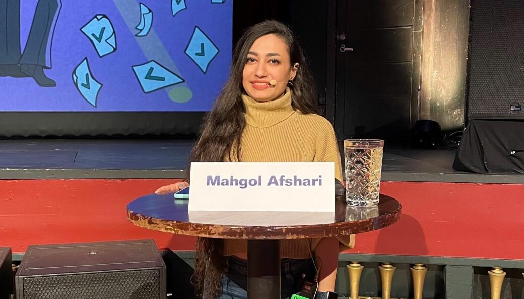Mahgol Afshari under valgdebatten i Storsalen på Studentersamfundet. Mesteparten av debatten foregikk på norsk, med litt oversettelse. Afshari snakket engelsk.