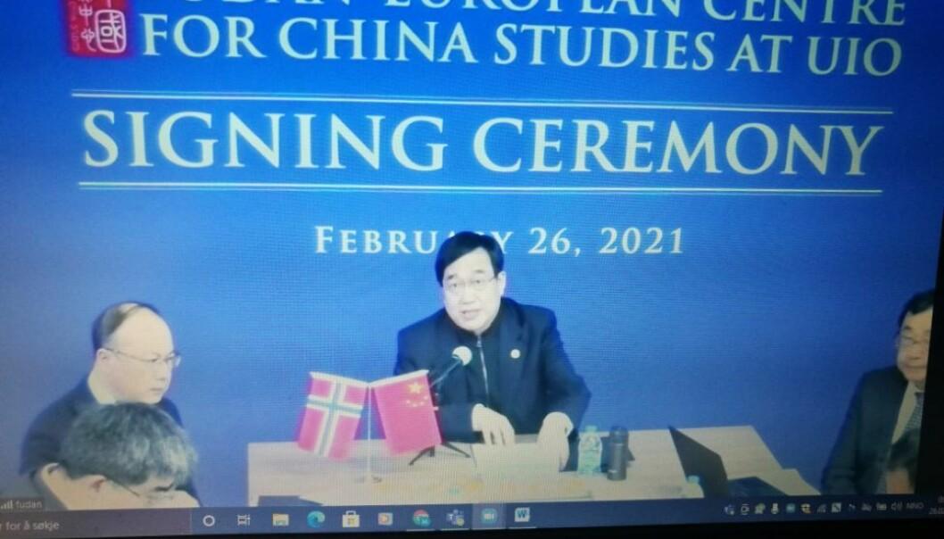 Rektor Xu Ningsheng ved Fudan University held tale før han den 26. februar underskriv avtalen med Universitetet i Oslo, som gjer UiO til vert for Fudan-European Centre for China Studies. Til venstre sit viserektor Chen Zhimin. I dag opnar senteret offisielt på UiO. (Arkivfoto)