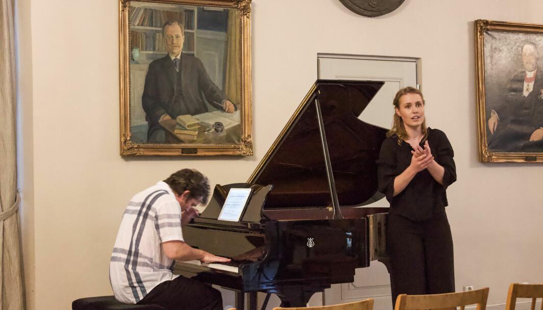Maia Reppe i full konsentrasjon under eksamenskonserten, men uten publikum. De inviterte gjestene måtte holde seg hjemme.