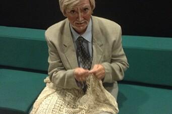 Revyskuespiller backstage utnytter ledig tid til å hekle. Her spiller Eide den tidligere ordføreren i Bjugn, Arnfinn Astad.