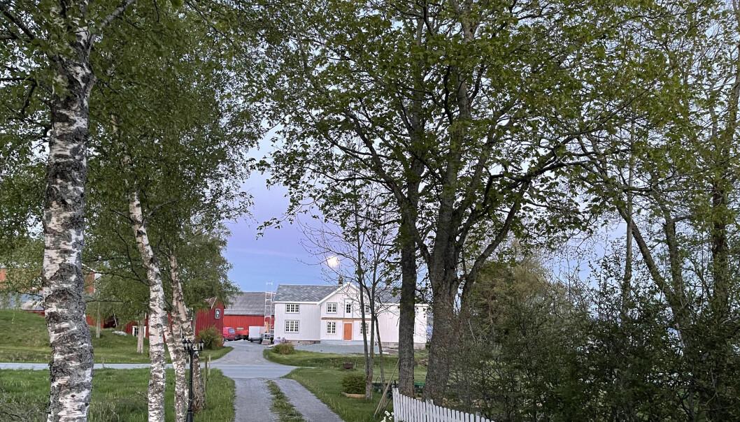 Eide gård sørvendt ned mot Stjørnfjorden, et par kilometer øst for Austrått. Det skal være en av de få gårdene som var befolket under og etter Svartedauen, da som sorenskrivergård under Austrått.