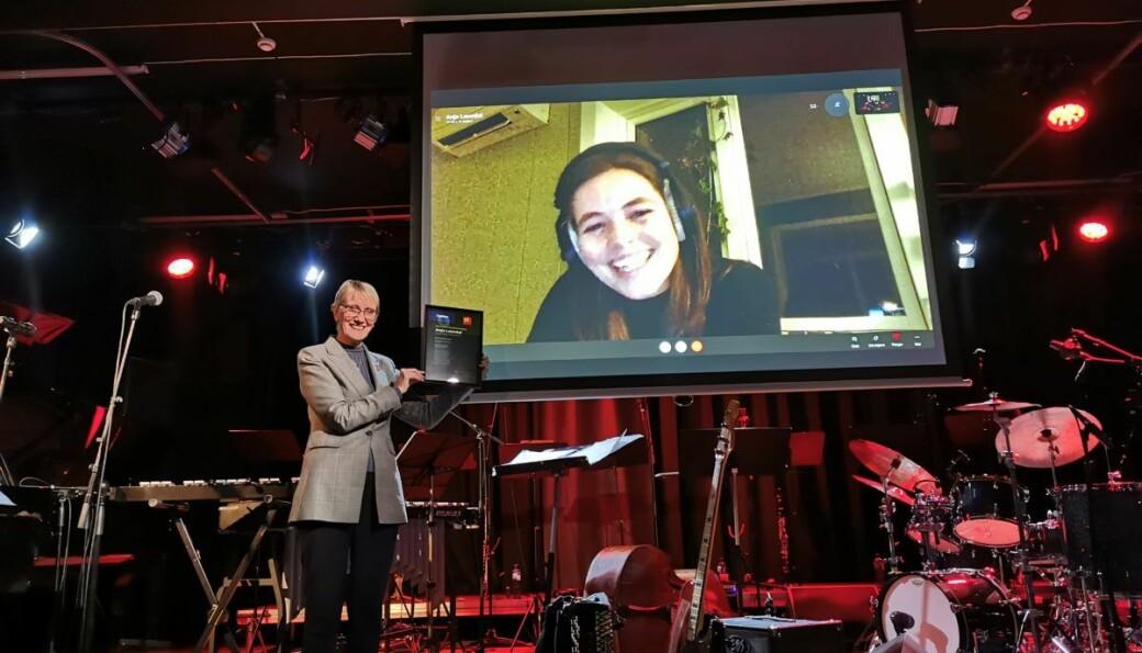 Rektor ved NTNU Anne Borg utnevner Anja Lauvdal til NTNU-ambassadøren for 2020 under Jazzfest.