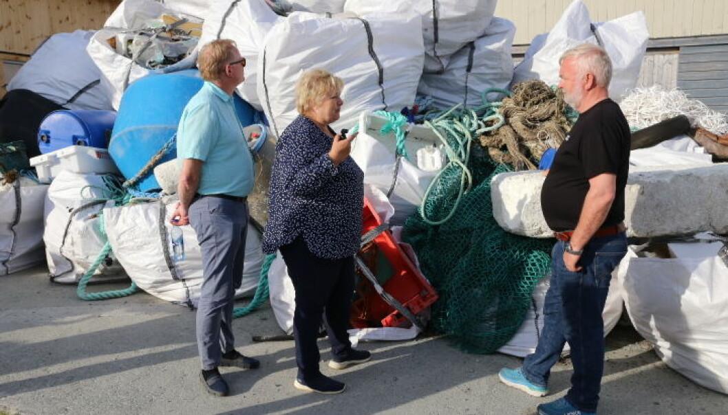 Enorme mengder søppel: Under besøket fikk statsministeren se noe av det som er samlet inn av søppel. Til høyre: Daglig leder Odd Arne Arnesen informerte .
