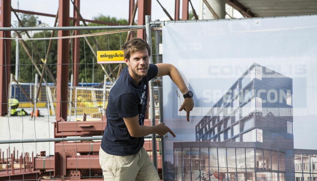Der kommer takterrassen! Det er Oskar Sunde som peker. Den høyeste delen av bygget er forbeholdt studentboliger.