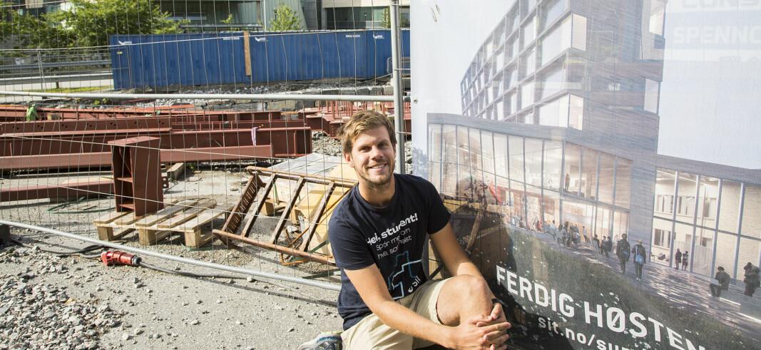 Oskar Sunde, her foran det nye studenthuset som er under oppføring på campus.