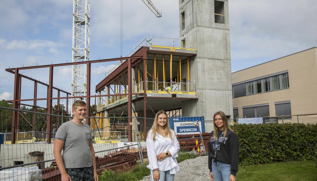 Tom André Helvig, Rachel Helset og Malene Ramberg foran det som skal bli Ålesunds store studenthus.