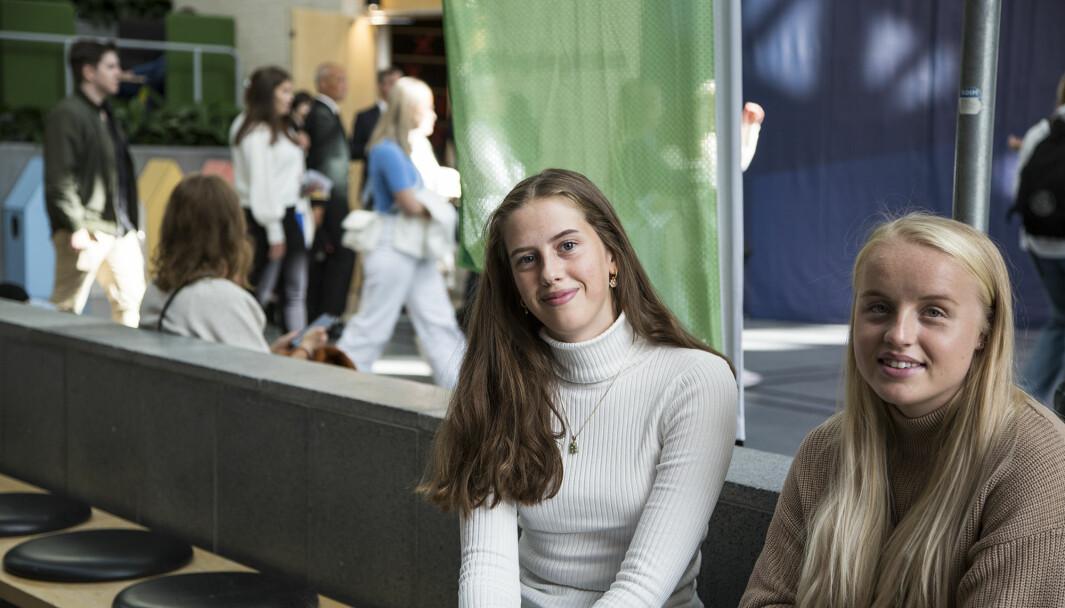 Det så ut som Anette Johannessen og Ida Sørheim hadde kjent hverandre alltid der de satt sammen og ventet på seremonien. Da de skjønte at begge var på vei til campus Ålesund, kom de i prat.