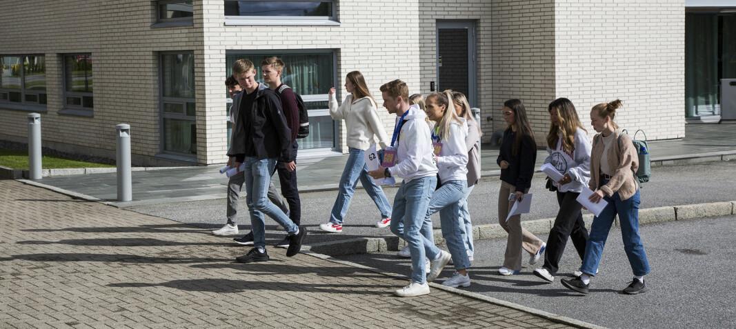 Ei gruppe på ti studenter på vei til et av arrangementene.