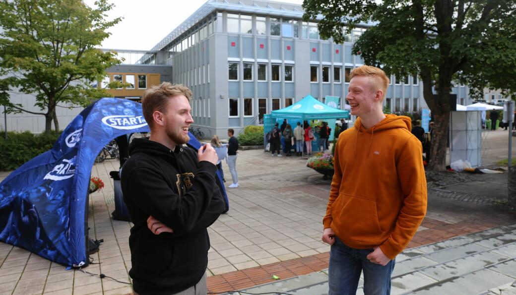 Dennis Eliassen og Petter Nilsen er glad for å ha fått en fysisk immatrikulering på campus.