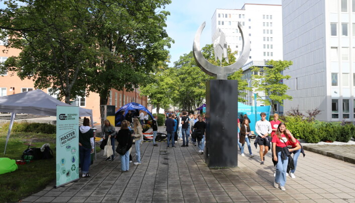 Stands for ulike foreninger og organisasjoner var åpne for studentene på mandag.