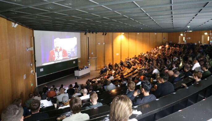Elektrostudentene så immatrikuleringsstreamen sammen i forelesningssalen F1.