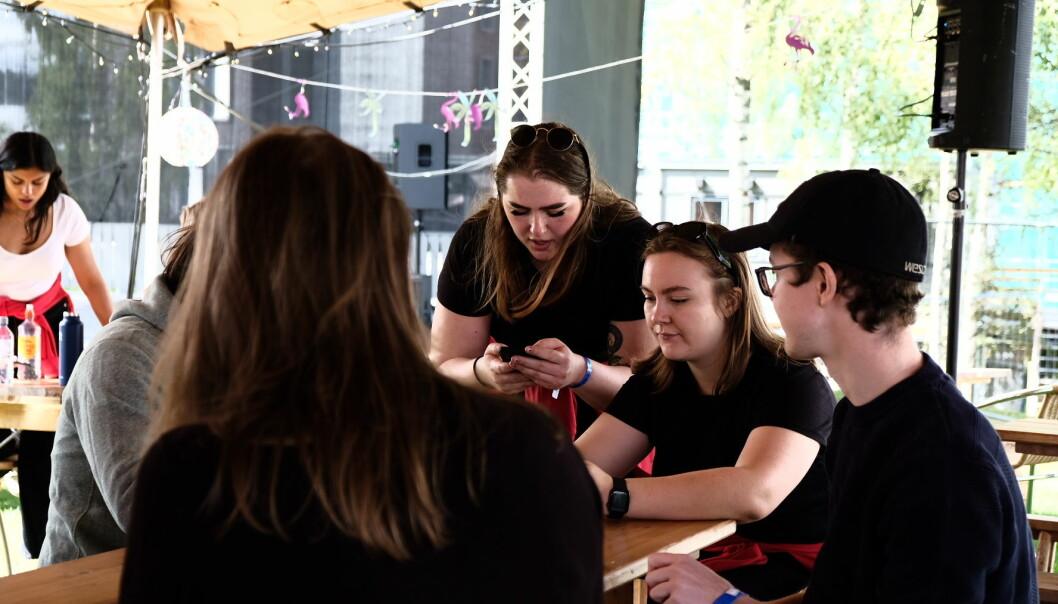 Fadderne Anne Skuterud(t.v.) og Thea Urne er i gang med en av faddernes viktigste oppgaver - å lage en Facebook-gruppe for faddergruppen.