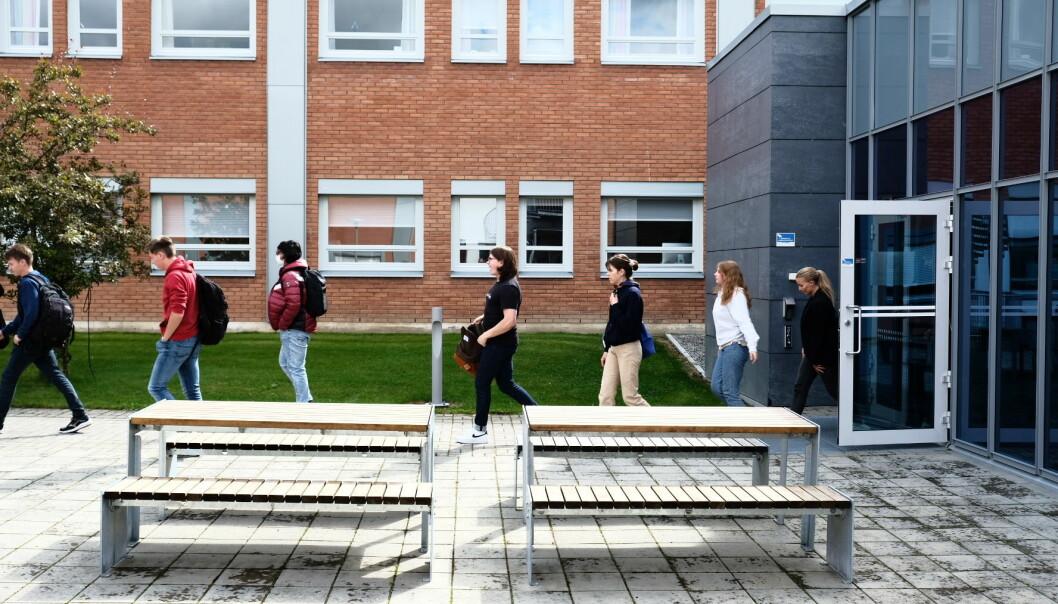 Studentene på rekke og rad ut fra auditoriet og i retning plenen hvor de skulle finne sine faddergrupper.