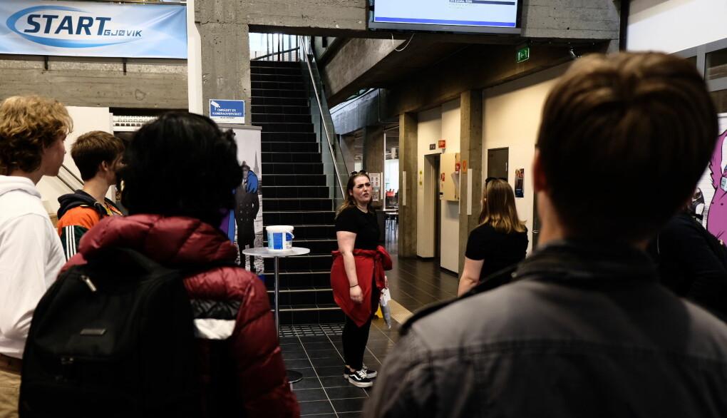 Anne Skuterud viser studenter både bokhandel og kantine på vandringen gjennom et av de mange byggene ved NTNU Gjøvik.