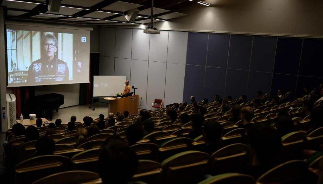 Sperrebånd på annenhver stol sørget for at studentene holdt avstand mens viserektor Gro Dæhlin holdt sin tale til de ferske studentene.