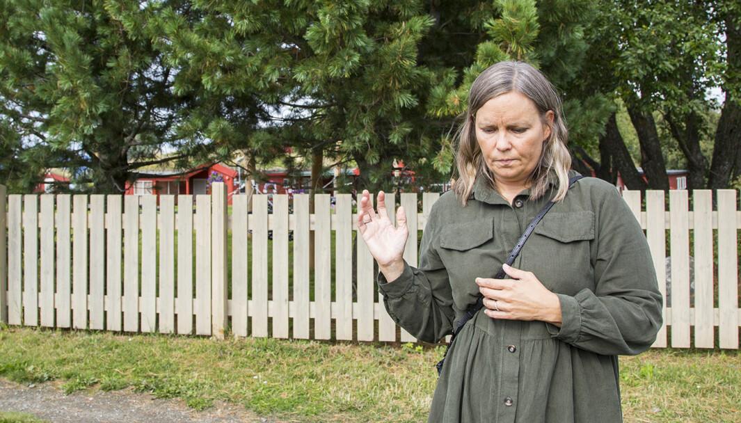 Siri Brunvoll er skuffet over NTNU og hvordan de har håndtert naboenes protester. Her står hun foran Tyholttårnet barnehage, som naboene mener vil havne fire måneder i skygge når kontorbygget blir oppført på høyden der hun står.