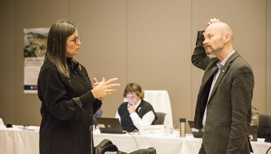 Aksel Tjora følte seg ikke helt overbevist om at det blir god nok boltreplass for ansatte. Her i samtale med Merete Kvidal.