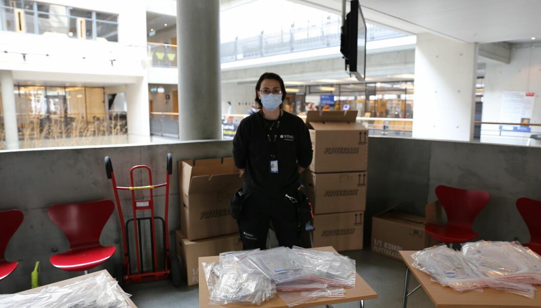 Tove Haug deler ut tester i Realfagsbygget på Gløshaugen.