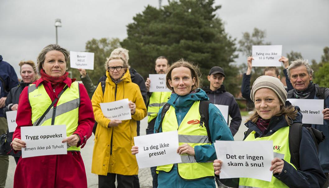Beboerne på Tyholt møttes ved Kvilhaugen før de gikk i prosesjon mot Trondheim Spektrum. - Politikerne skal få se oss i øynene før de stemmer, sa Karin Dyrstad, utstyrt med budskapet: «La deg ikke presse!»