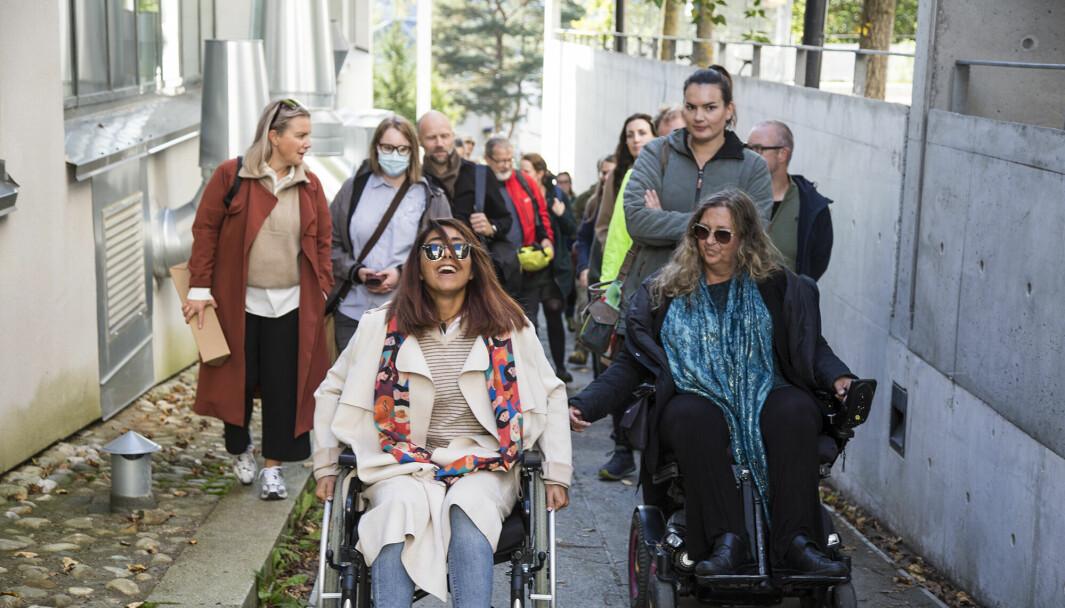 Tunge tak oppover, oppover, oppover. Masterstudent Aretehsadat Seyedmehdijasbi fikk prøve seg som rullestolbruker. Til høyre: Kirsti Stenersen gir råd underveis.