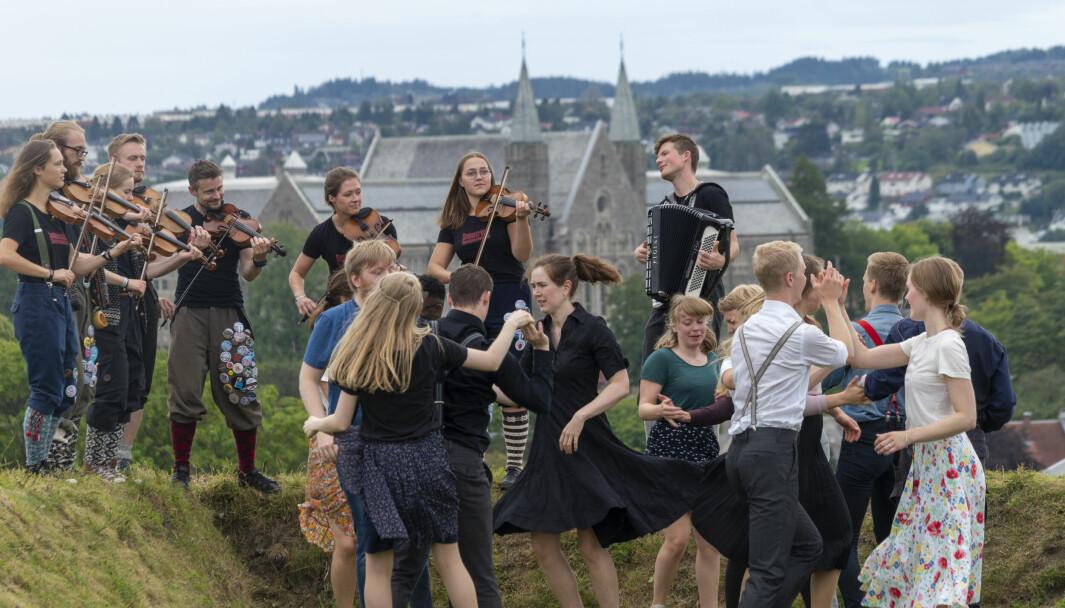 Swing og folkedans i 30 år. Her fra 2019: Swing på Festningen akkompagnert av Snaustrinda spelemannslag.