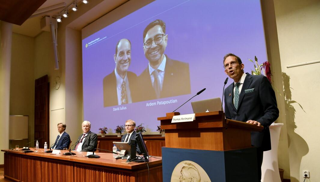 Sekretær Thomas Perlmann annonserte de to vinnerne under er pressekonferanse i Stockholm mandag.