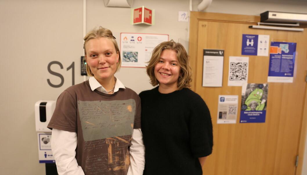 Jenny Hellebust og Marte Fossum liker veldig godt å møte opp fysisk i emner som har en praktisk komponent.
