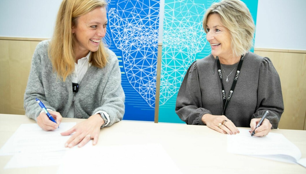 Klar for signering: Ingeborg Gjærum, strategidirektør og organisasjonsdirektør i Volue og dekan Ingrid Schjølberg fra NTNU.