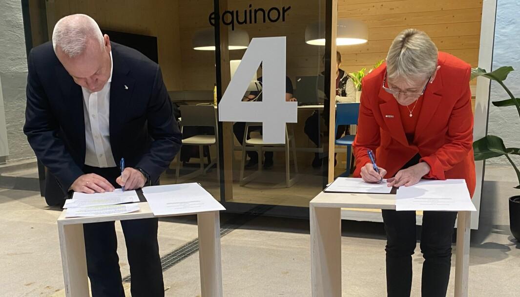 Nye vinder. Equinor kvitter seg med petroleumsimaget og inngår samarbeid med NTNU for å bygge nullutslipssamfunnet. Her signeres samarbeidsavtalen av Equinors konsernsjefe Anders Opedal og NTNU-rektor Anne Borg.