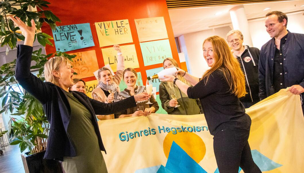 Full jubel på Nesna: Foran fra venstre: Ordfører Hanne Davidsen og Catrine Hole. I midten: Folkeaksjonens leder Jenny Myklebust.