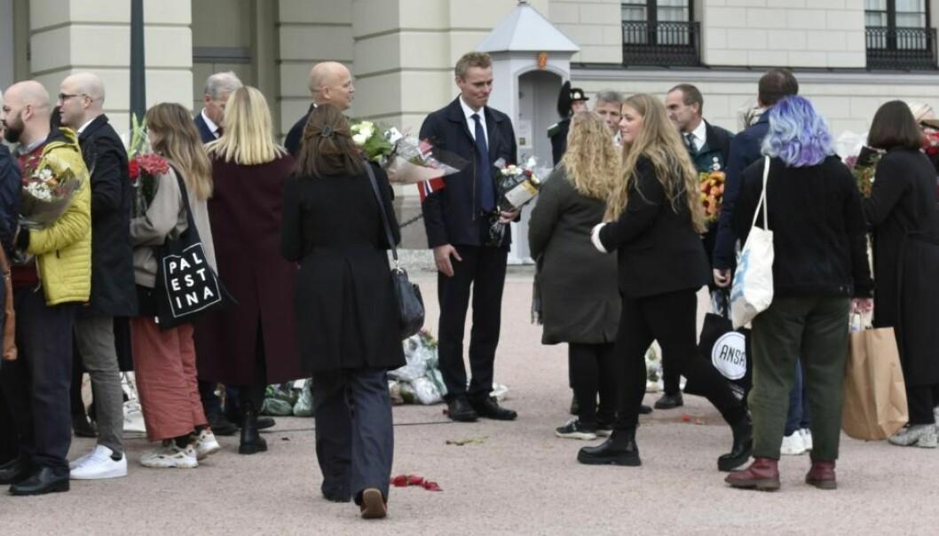Midtpunktet: Den nye forskings- og høgare utdanningsministeren Ola Borten Moe tok imot mange gratulasjonar då han stod på Slottsplassen.